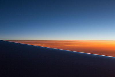 Blick auf den Sonnenuntergang aus einem Flugzeug - p1057m1466872 von Stephen Shepherd