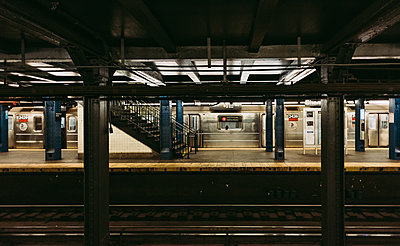 Empty subway platform and arriving train in NYC, New York, USA. - p1166m2146924 by Cavan Images