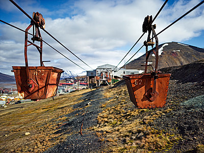 Norway, Spitsbergen, Longyearbyen, old remains of coal mine, historic ropeway conveyor - p300m2079445 von Christian Vorhofer