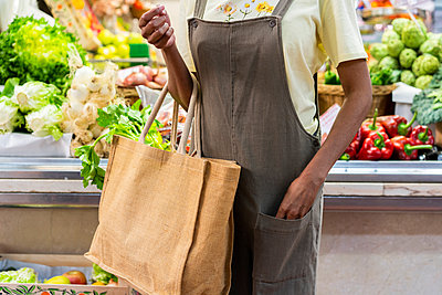 Mid section of woman buying groceries in a market hall - p300m2179901 by VITTA GALLERY