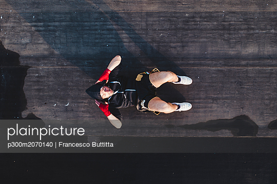 Boxer doing sit-ups outdoors - p300m2070140 by Francesco Buttitta