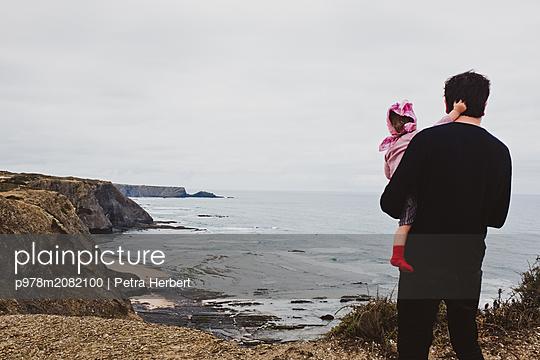 Blick aufs Meer - p978m2082100 von Petra Herbert