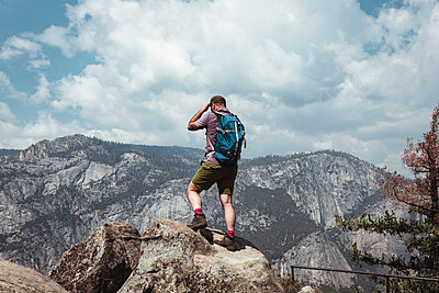 Man standing on a rock, Yosemite Nationalpark - p1444m1514953 by Toni Alex