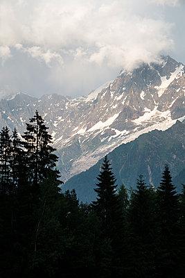 Snowcapped mountian range under threatening clouds - p1682m2272901 by Régine Heintz