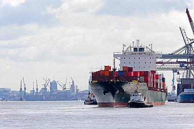 Germany, Hamburg, Waltershof, cargo ship on River Elbe - p300m991613 by Michael Zegers