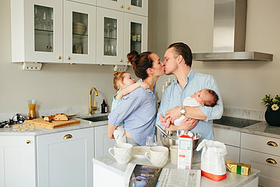 Family in kitchen - p312m1556917 by Anna Rostrom