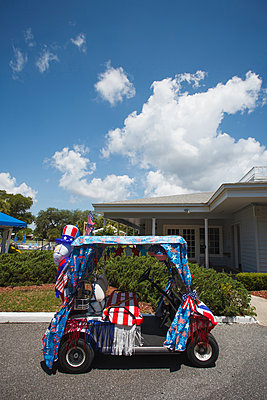 Golf cart decorated for Fourth of July - p555m1312195 by Alberto Guglielmi