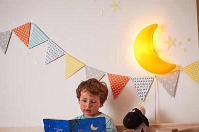 Kleiner Junge liest vor - p900m1091350 von Michael Moser