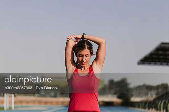 woman doing sport in stadium, Madrid, Spain - p300m2287303 von Eva Blanco