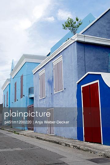 Blue Häuser in Curaçao - p451m1200220 von Anja Weber-Decker