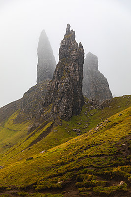 United Kingdom, Scotland, the Old man of Storr on a foggy moody day on the Isle of Skye - p300m2104510 von William Perugini