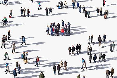 Menschen auf weißem Grund mit Schlagschatten - p719m2128708 von Rudi Sebastian