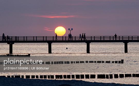 Seebrücke bei Sonnenuntergang, Ostseebad Kühlungsborn, Mecklenburg-Vorpommern, Deutschland - p1316m1160696 von Ulf Böttcher