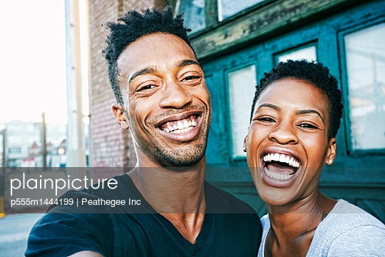 Portrait of smiling Black couple in city - p555m1444199 by Peathegee Inc