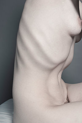 Very thin nude female torso, ribs showing clearly. - p1433m1584194 by Wolf Kettler