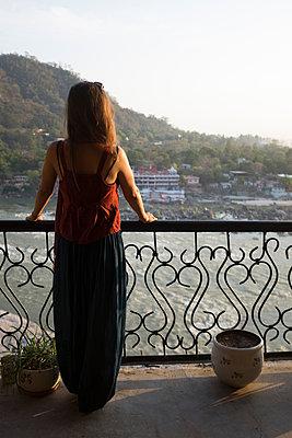 Frau auf einem Balkon - p1509m2116744 von Romy Rolletschke