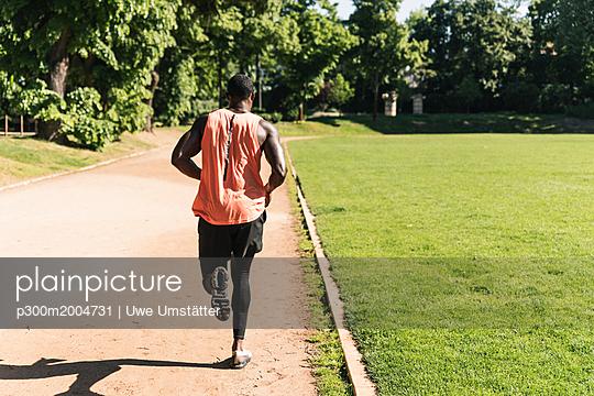 Young athlete on sports field training running - p300m2004731 von Uwe Umstätter