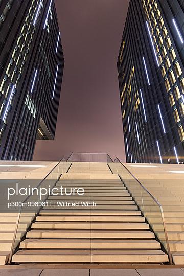 Germany, Duesseldorf, media harbor, stairs at Hyatt Regency Hotel at night - p300m998981f by Wilfried Wirth