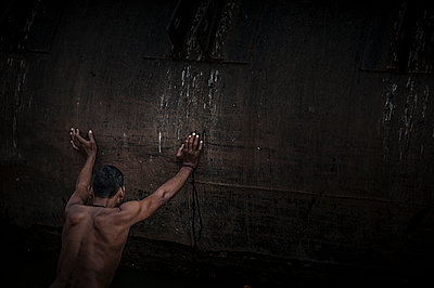 Man pushing a wall - p1007m1144291 by Tilby Vattard