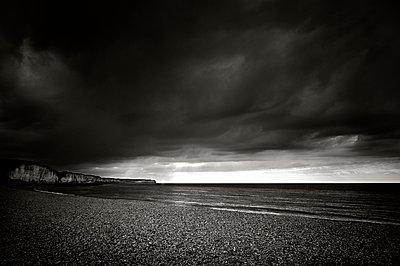 Düstere Wolken - p1137m940637 von Yann Grancher