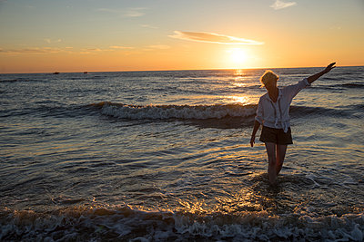 Frau am Strand - p1212m1171670 von harry + lidy