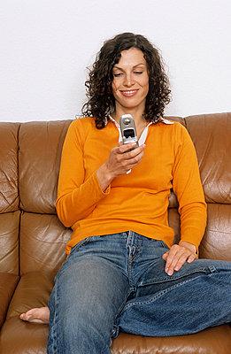 Frau mit Handy - p2200574 von Kai Jabs