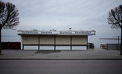 Germany, Schleswig-Holstein, Kiel, Closed Kiosk - p300m879502 by Tom Hoenig