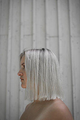 Young woman with platinum blonde hairstyle - p552m1564904 by Leander Hopf