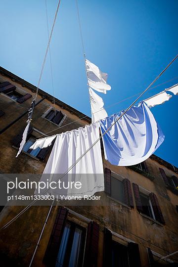 Wäsche trocknen in Venedig - p1149m1333003 von Yvonne Röder