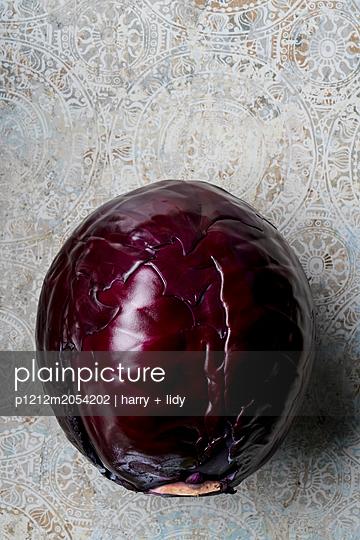 Rotkohl auf schöner Steinplatte - p1212m2054202 von harry + lidy