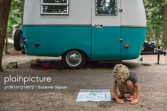 Kleiner Junge vor Wohnwagen - p1361m1216872 von Suzanne Gipson