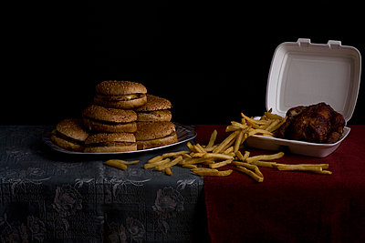 Hamburgers, French fries and roasted chicken, still life - p3018764f by Andreas Schlegel