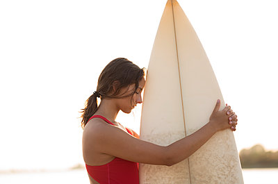 Young woman with surfboard - p552m2020161 by Leander Hopf
