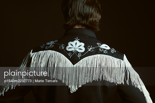 Man wearing a vintage fringed embroidered western shirt - p1540m2237773 by Marie Tercafs