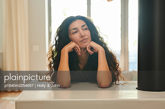 Woman with long curly hair, portrait - p1640m2254657 by Holly & John
