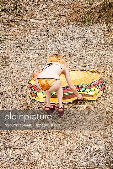 Frau mit Burgerhandtuch in der Natur - p930m1154446 von Phillip Gätz