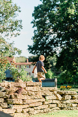 Little boy playing in a backyard. - p1166m2151882 by Cavan Images