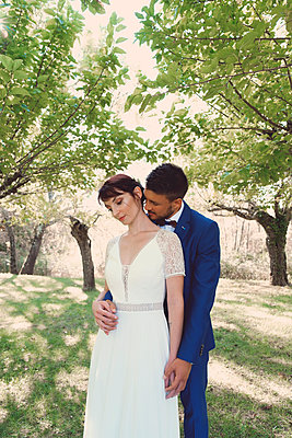 Bride and groom under trees - p1521m2126376 by Charlotte Zobel
