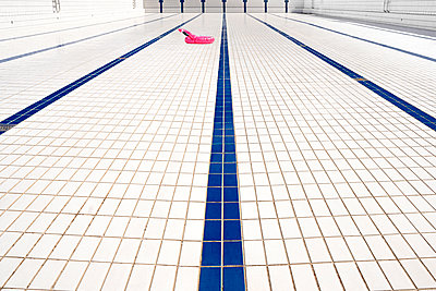 Swimming noodle on floor tiles in empty pool - p1625m2263143 von Dr. med.