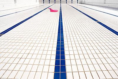 Schwimmhilfe auf Bodenfliesen im leeren Pool - p1625m2263143 by Dr. med.