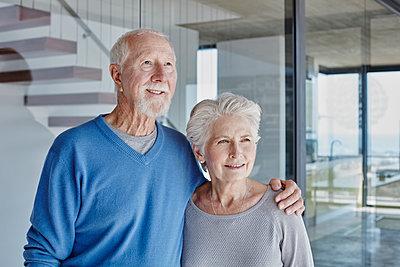 Südafrika, Western Cape, Yzerfontein, Immobilie, modernes Haus, Paar, Senioren, Hausbesitzer, Eigenheim, Glück - p300m2286938 von Roger Richter