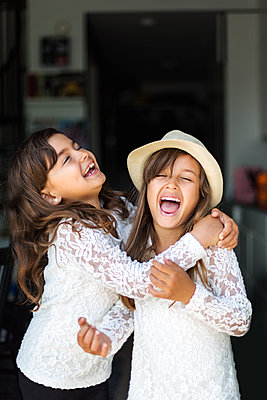 Two girls laughing in Sweden - p352m1536621 by Calle Artmark