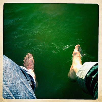 Füße im Wasser - p586m855530 von Kniel Synnatzschke