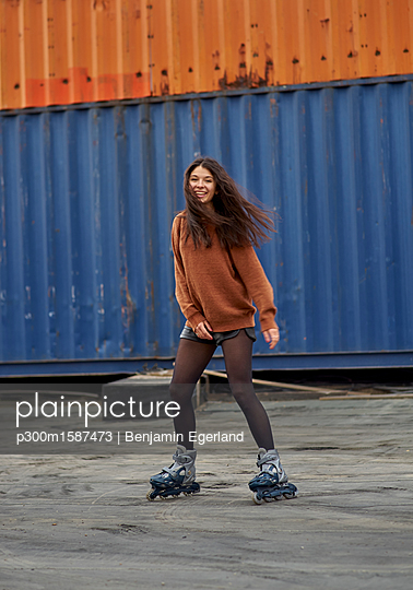 Portrait of young inline-skater at industrial area - p300m1587473 von Benjamin Egerland