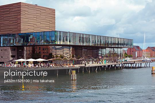 Café mit Ausblick im Hafen von Kopenhagen - p432m1525100 von mia takahara