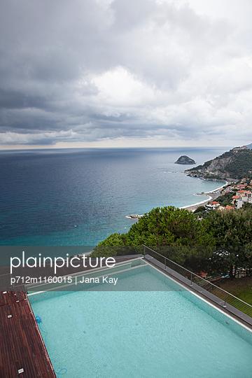 Swimmingpool direkt am Meer  - p712m1160015 von Jana Kay