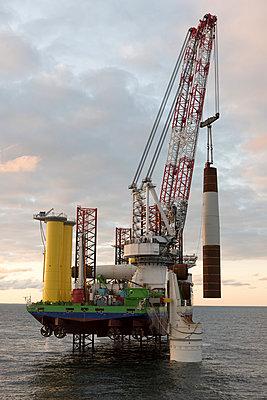 Jack Up Vessel bei der Installation von Fundamenten für Windkraftanlagen - p1079m1092217 von Ulrich Mertens