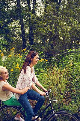 Zu zweit auf dem Fahrrad - p904m932261 von Stefanie Päffgen