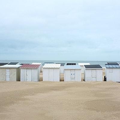 Bathing houses on the beach - p1105m2185227 by Virginie Plauchut