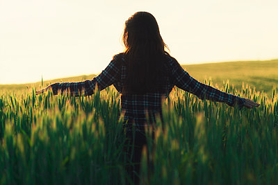 Woman in a field - p300m1153458 by Ophelia photography